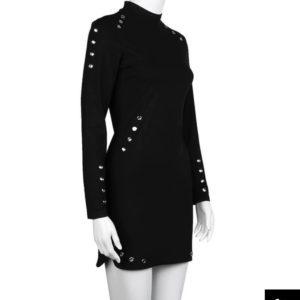 vestido negro tachuelas plateadas