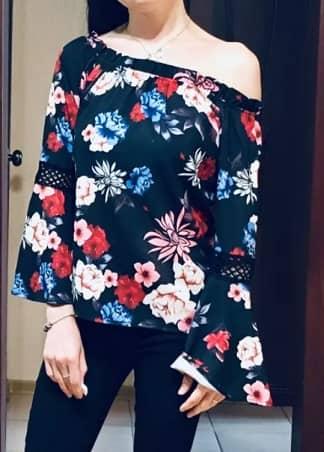 blusa con flores rosas azules y blancas
